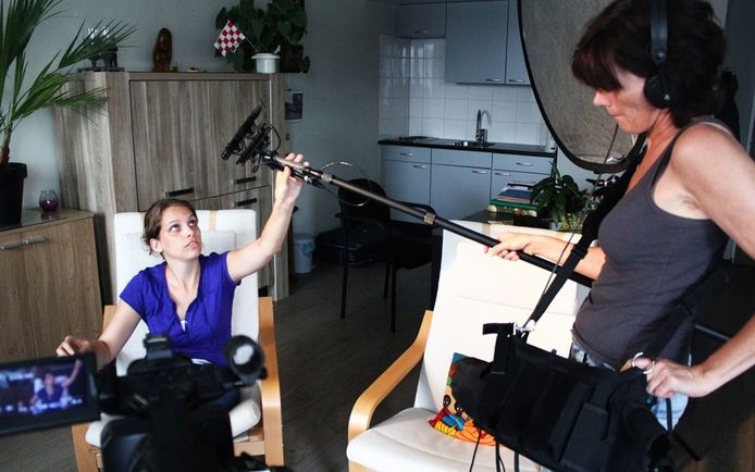 Filmmakers Chris Anne Cortooms (links) en Anne-Marie Holthausen aan het werk. Foto stichting Verhalis