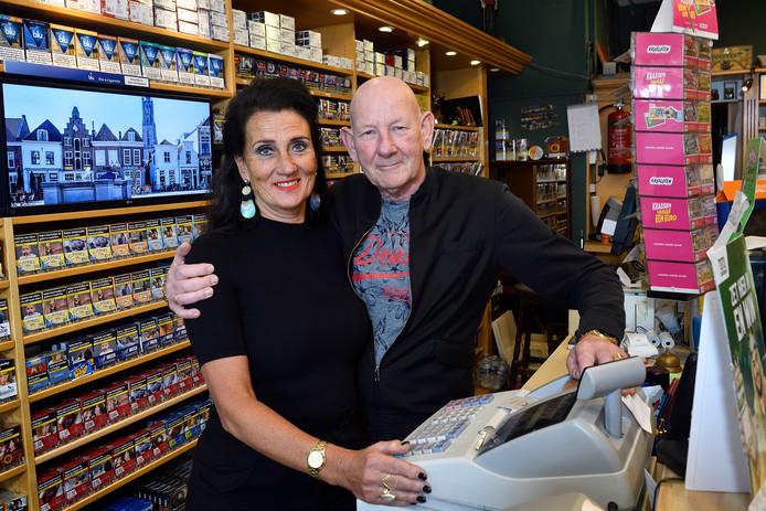 Gert en Paula Weterings achter hun vertrouwde toonbank in de tabakszaak aan het Neptunusplein.