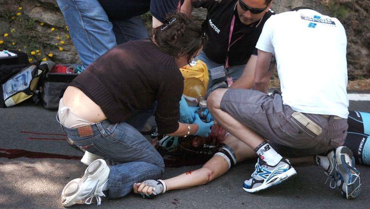 Hulpverleners proberen het leven van Wouter Weylandt te redden. Beeld null