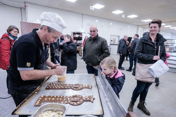 Speculaaspoppen in de maak tijdens de open dag bij Bakkerij Koenen.