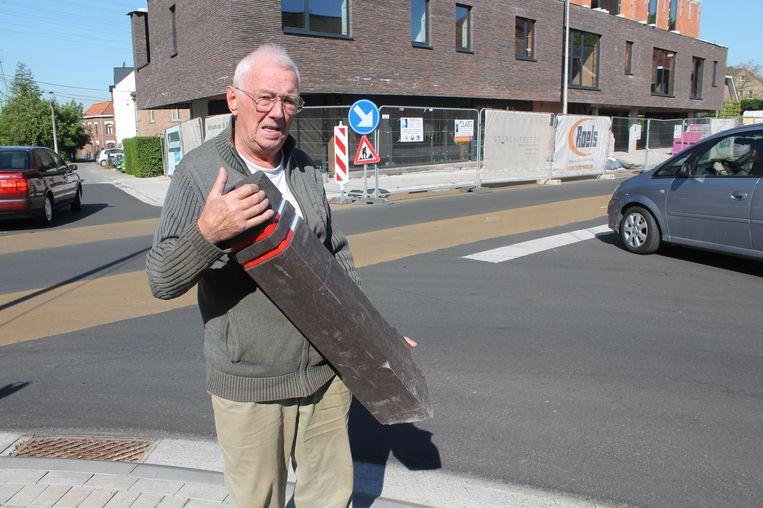 Buurtbewoner Roger Van Cutsem met een van de bewuste paaltjes in de handen. Kort na de heraanleg reed een auto zo'n paaltje aan flarden.