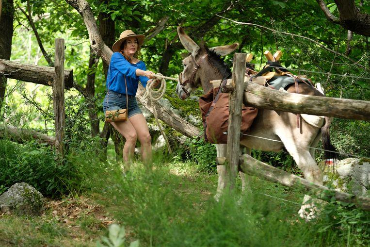 De Franse onderwijzeres Antoinette wandelt met een koppige ezel door de Cevennen. Beeld