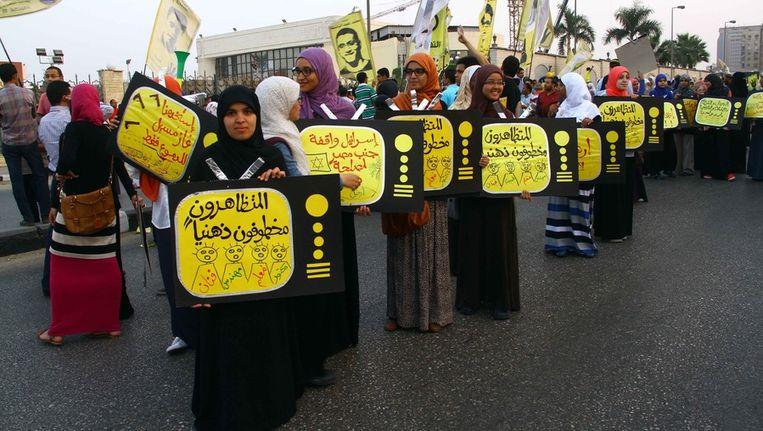 Aanhangers van de Moslimbroederschap protesteren in Nasr City, Caïro, tegen de 'militaire coup'. Beeld getty