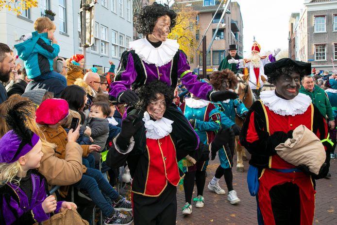 Bij de intocht van Sinterklaas in Den Bosch waren vorig jaar zowel zwarte- als  roetveeg pieten meegekomen.