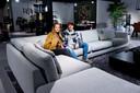 Dione en Jasper zijn in woonwinkel Piet Klerkx op zoek naar een 'grote bank' voor in hun eerste huis samen