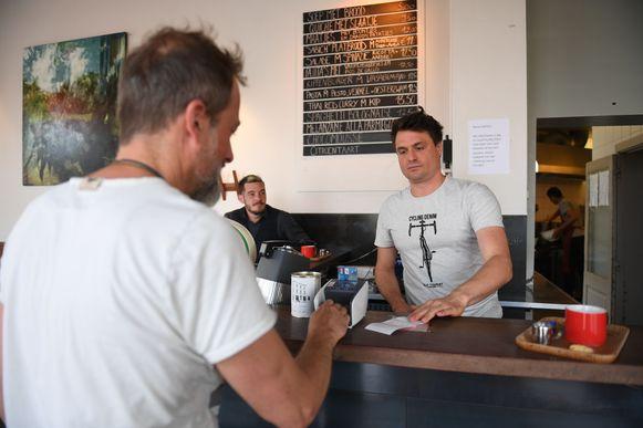 De reacties van de klanten zijn overwegend positief in café Kaminsky.
