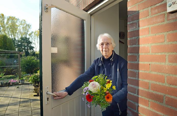 Riet Kuijper kreeg een bloemetje en een cadeaukaart van 75 euro omdat zij mantelzorgster is.