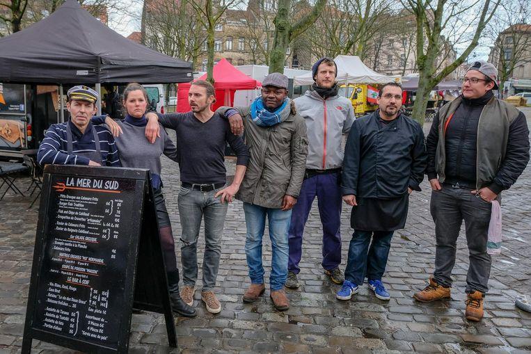 Marktkramer Olivier Vuylsteke (derde van rechts) samen met enkele andere marktkramers op het Marie Jansonplein.
