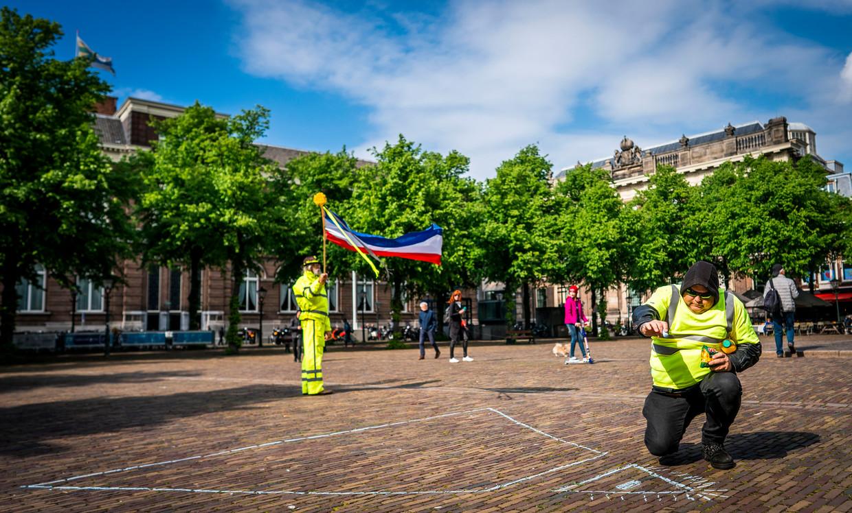 Gele hesjes stoepkrijten op het Plein voorafgaand aan het bezoek bij bij premier Rutte. Deze betogers waren geen onderdeel van de delegatie die het Torentje bezocht.  Beeld Freek van den Bergh / de Volkskrant