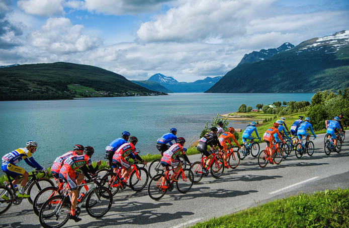 Het peloton over de Noorse wegen in de Arctic Race of Norway.