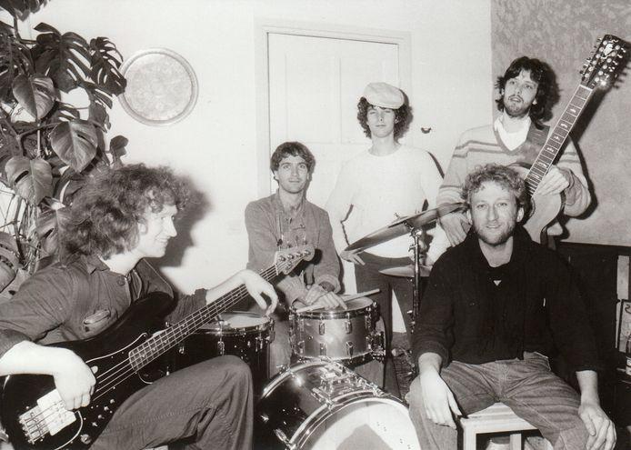 Van Maasakkers met zijn bandleden in 1984 tijdens een repetitie in Leende. Foto Ton de Hond