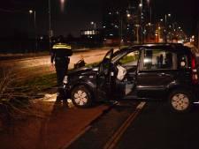 Auto raakt van de weg nabij station Breda, politie treft leeg voertuig aan