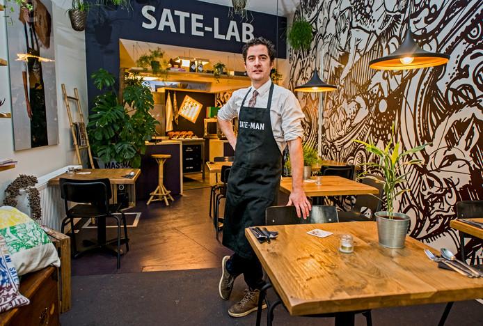 Daan Kisman is samen met zijn vader de Saté-man. Ooit begonnen in een foodtruck en nu een echt restaurant aan de Rotterdamse Pretorialaan. Hun droom: de lekkerste saté van de wereld maken. Gaat dat lukken? Wij aten nog nergens betere...