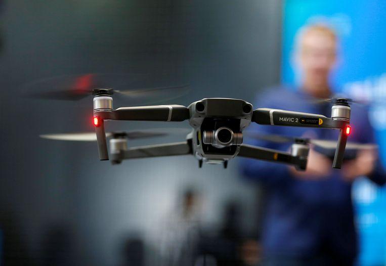 De vrijwilligers zetten een cameradrone van het type Mavic 2 Zoom in.