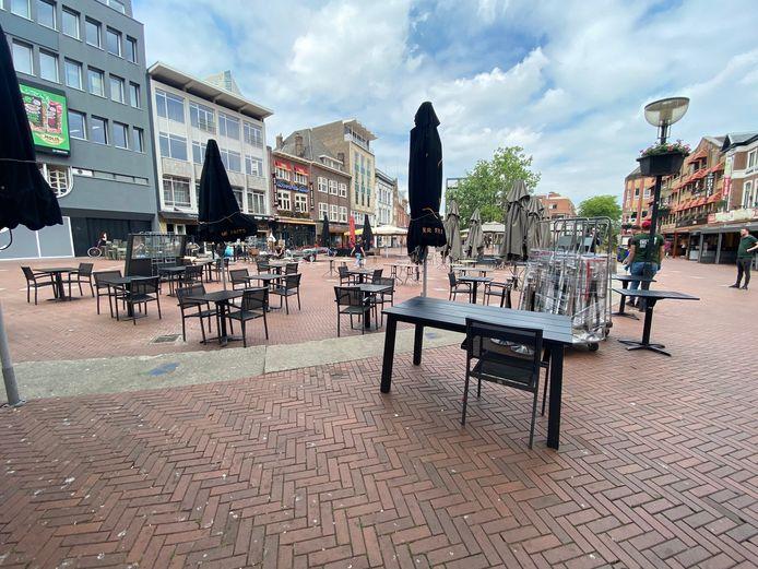 Op de Markt is begonnen met de opbouw van terrassen.