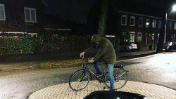 Jonge fietser is zo dronken, dat hij midden op straat - maar zonder te vallen - in slaap valt