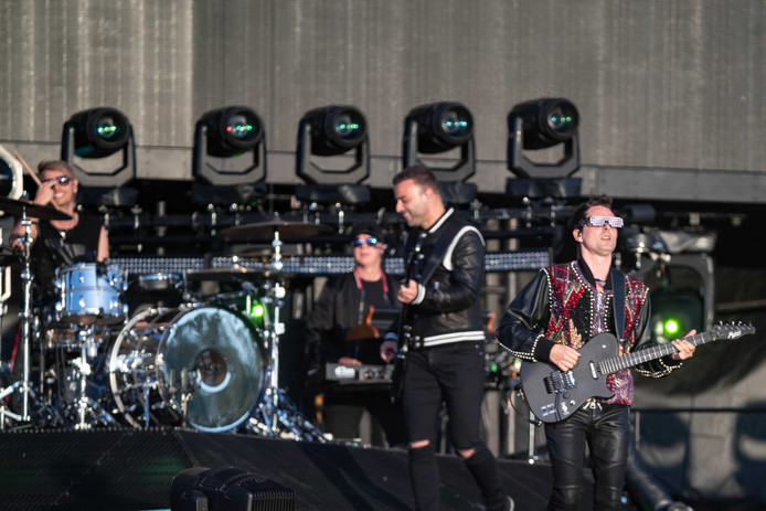 De Britse rockband Muse met zanger, gitarist en pianist Matthew Bellamy, drummer Dominic Howard en bassist Christopher Wolstenholme.