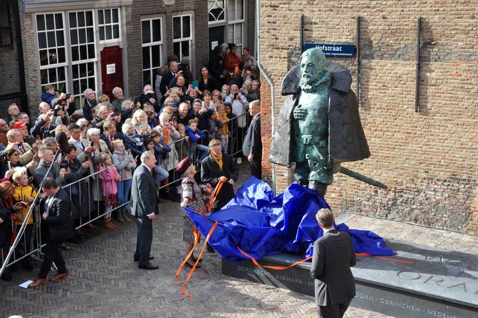 Beatrix onthult standbeeld Willem van Oranje in Dordrecht