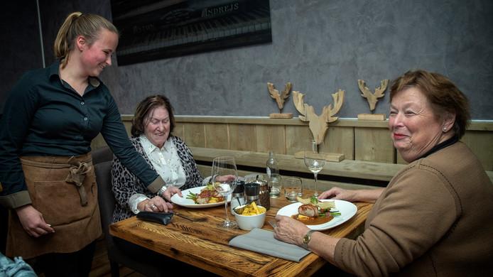 Christina Harmselen (links) en Marjo Ratelband, twee vriendinnen uit het Limburgse dorpje Heibloem, eten een hapje bij Genieten.