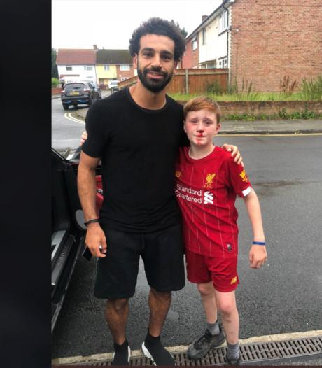 Un jeune fan heurte un lampadaire et se blesse en voulant demander un autographe à Salah