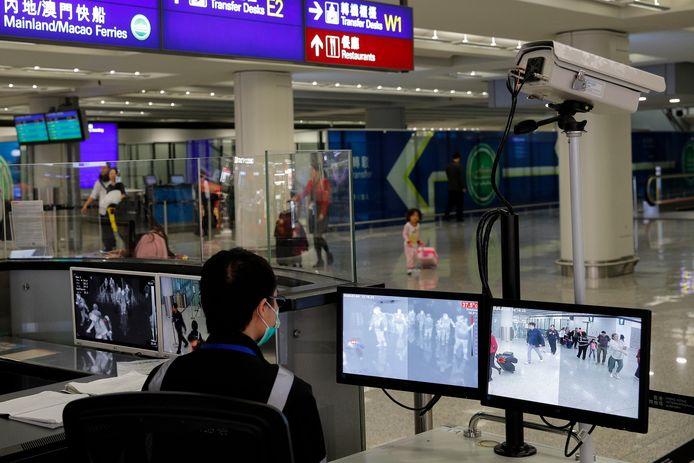 Op het vliegveld in Hongkong worden reizigers gescand op mogelijk verhoogde lichaamstemperatuur.