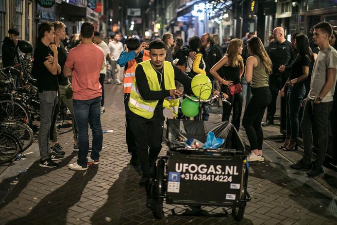 Een handhaver in Amsterdam heeft een bakfiets waarmee lachgas werd verkocht in beslag genomen.