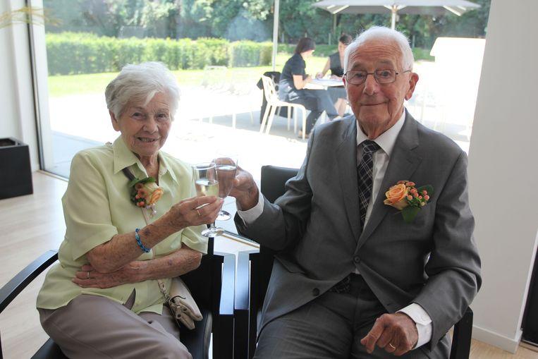 Corneille Cobbaert (91) en Augusta Ceuppens (90) klinken het glas op hun zeventigste huwelijksverjaardag.