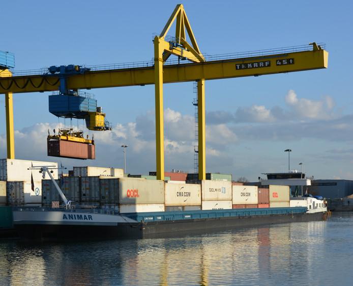 De Animar die een lijndienst op Rotterdam verzorgt, aan de kade bij OOC Terminals in Oss.