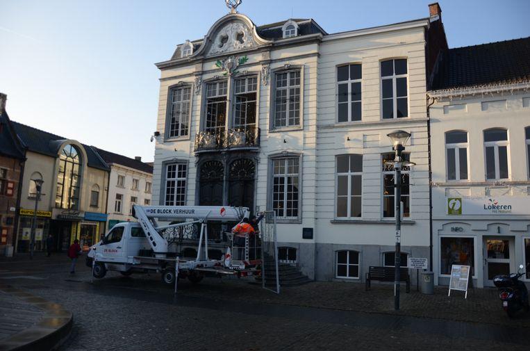 Ook aan het stadhuis werd dinsdagmiddag opnieuw kerstverlichting aangebracht.