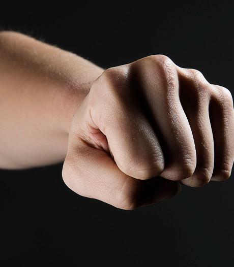 Persoon mishandeld in Enschede-Noord door mannen in zwarte auto