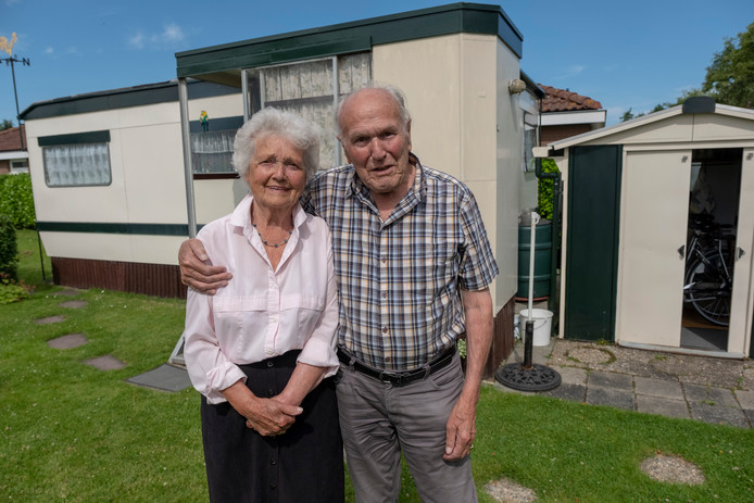 Sjaan (l) en Leunis Davidse verblijven al 55 jaar op camping In de Bongerd.