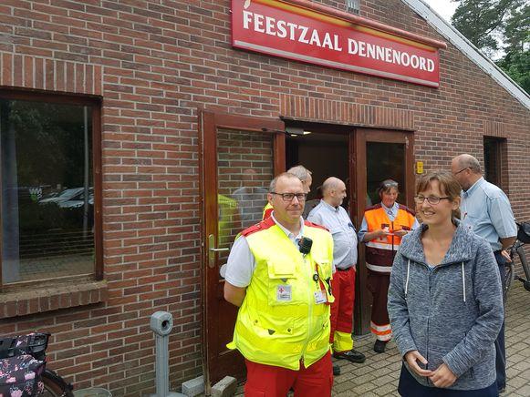 Lerares Inne Vercammen moest enkele uren wachten in feestzaal Dennenoord, waar de geëvacueerde bewoners werden opgevangen.