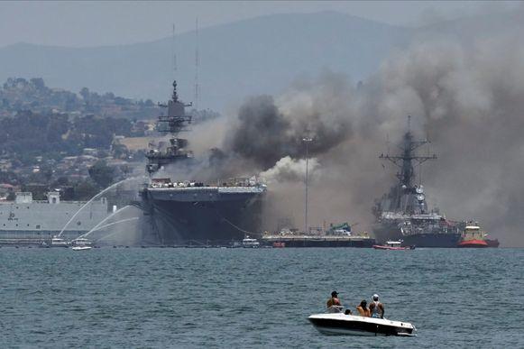 En rookpluim stijgt op vanop het aanvalsschip USS Bonhomme Richard in San Diego.