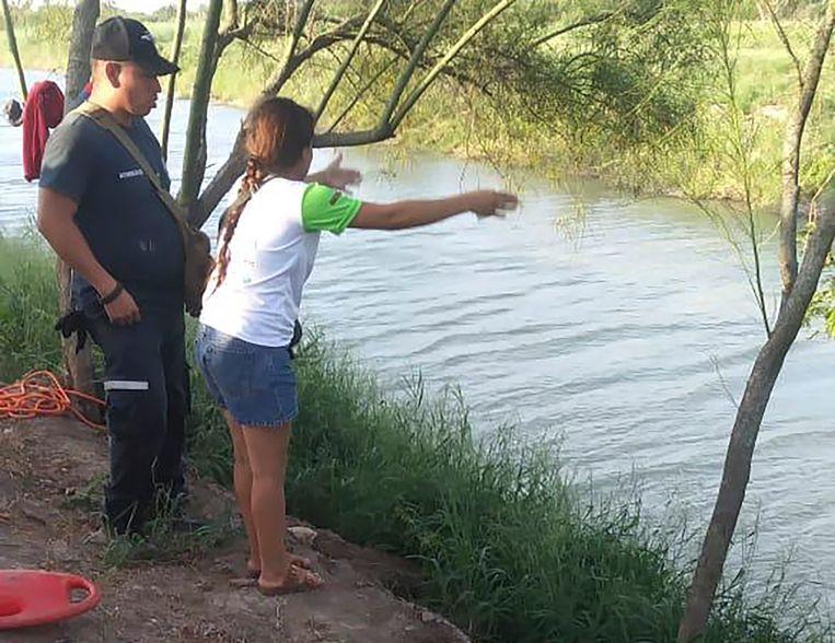 Tania Vanessa Ávalos met medewerkers van de Mexicaanse autoriteiten. Ze zag hoe haar man en dochtertje werden meegesleurd door de stroming. Het duo overleefde de overtocht van de Rio Grande niet.