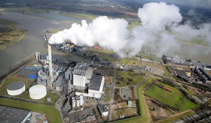 De elektriciteitscentrale van Engie bij het MaasWaalkanaal in Nijmegen West. In december 2015 is de centrale al gesloten. Nu volgt de afbraak.