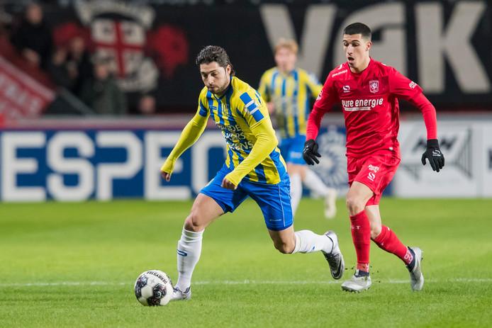 Paul Quasten in duel met Aitor (FC Twente).