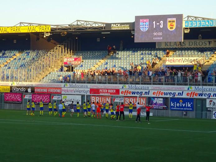 De spelers van Cambuur kregen geen beker overhandigd na hun bekerzege. Dan maar een feestje bouwen met de supporters.