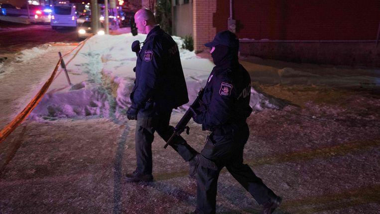 Twee Canadese politieagenten op patrouille na de schietpartij in een moskee in Quebec. Beeld null