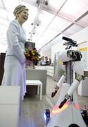 Koningin Maxima tijdens het wereldkampioenschap voor intelligente robots op de Technische Universiteit Eindhoven.