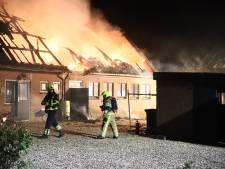 Woonboerderij loopt zware schade op bij felle brand
