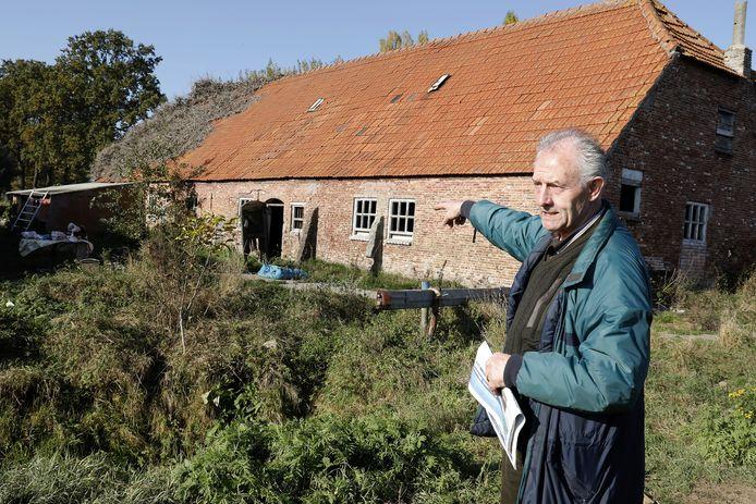 Theo Danen wil molen Ter Steen in oude luister herstellen. foto jan zandee Theo Danen bij de Watermolen Ten Steen in Middelrode