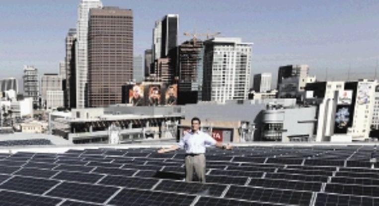 Gouverneur Schwarzenegger promoot zonnecellen in LA. ( FOTO EPA ) Beeld EPA