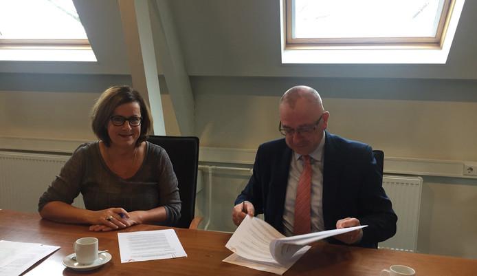 Links Franca van Montfoort, hoofd van het RIEC Brabant, rechts burgemeester Pierre Bos van Boekel