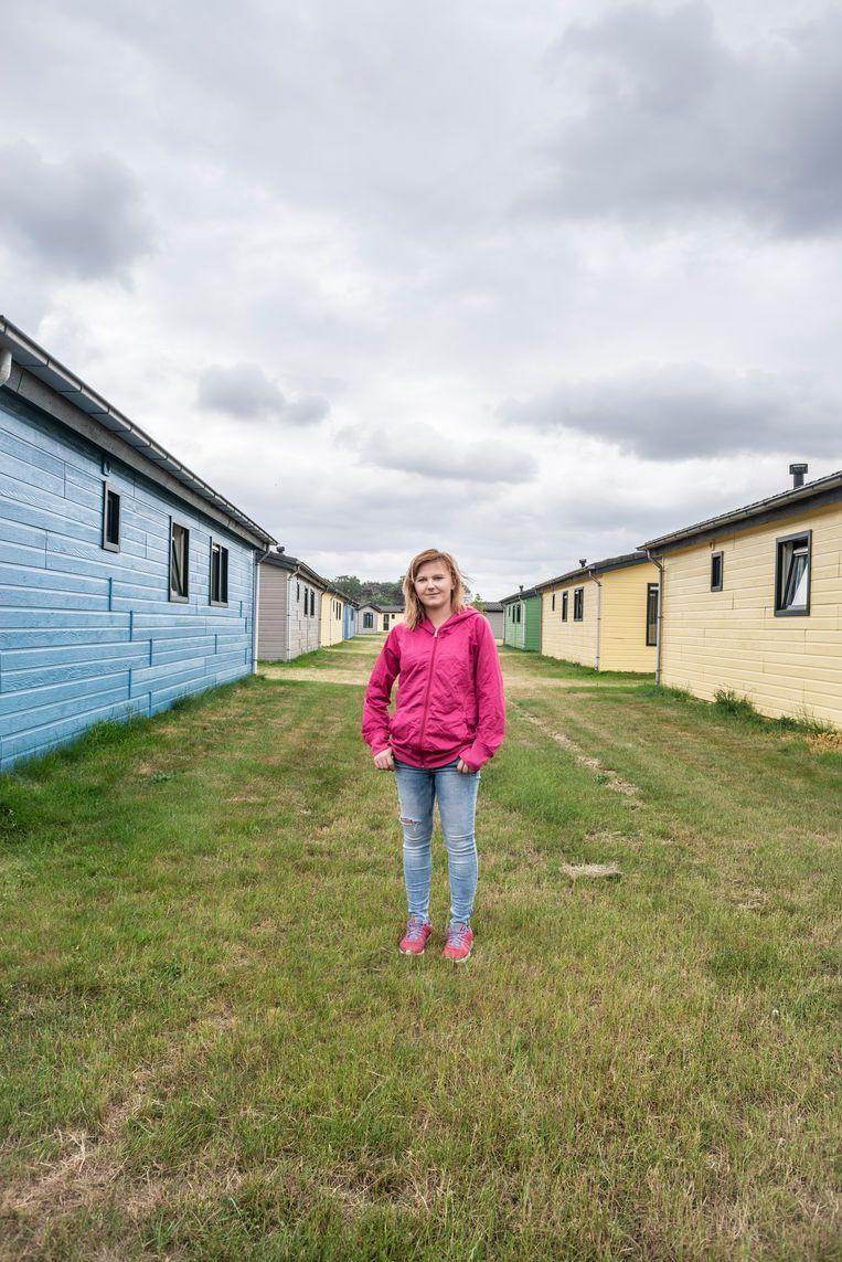 Paulina Karys bij de huisjes waarin ze nu met nog vier andere arbeidsmigranten woont, in de Work and Stay in Venlo. Beeld Roos Pierson