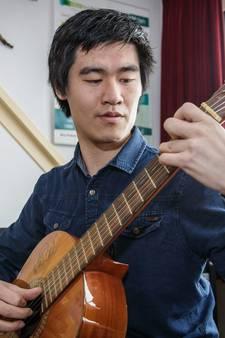 Wim Steenbakker is een duizendpoot met zeven gitaren
