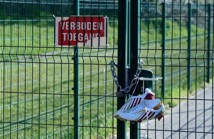 Dertien amateurclubs leggen zich niet neer bij het stopgezette klassement om stijgers en dalers aan te duiden. Dinsdag is hun zaak ingeleid voor het Belgisch Arbitragehof voor de Sport (BAS).