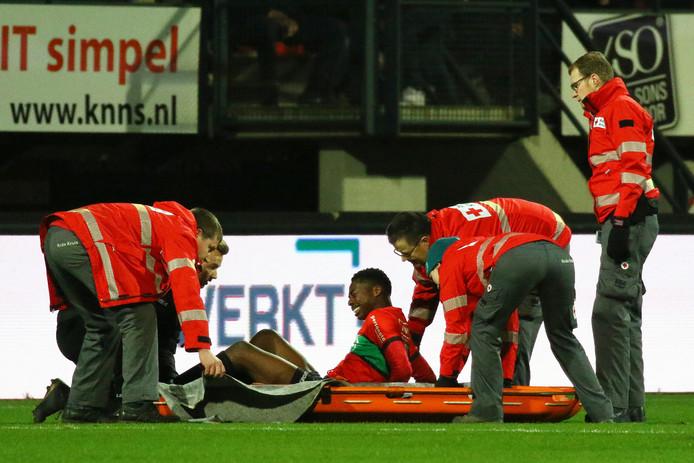 Anthony Musaba verlaat op een brancard het veld met een ernstige kuitblessure.