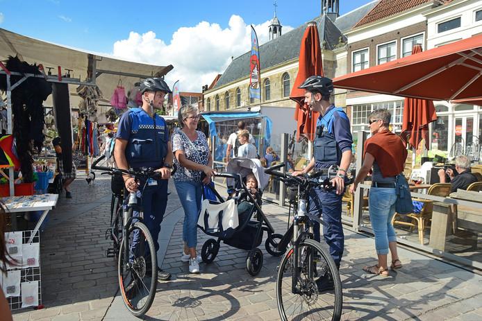 Gemeentelijk handhavers op de markt in Zierikzee.