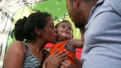 """""""Mijn kind herkende me niet meer"""": het aangrijpende verhaal van vader die aan grens VS gescheiden werd van baby"""