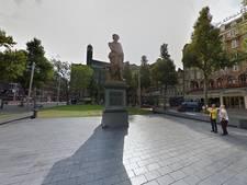 Kruisen voor vluchtelingen op Rembrandtplein tijdens dodenherdenking